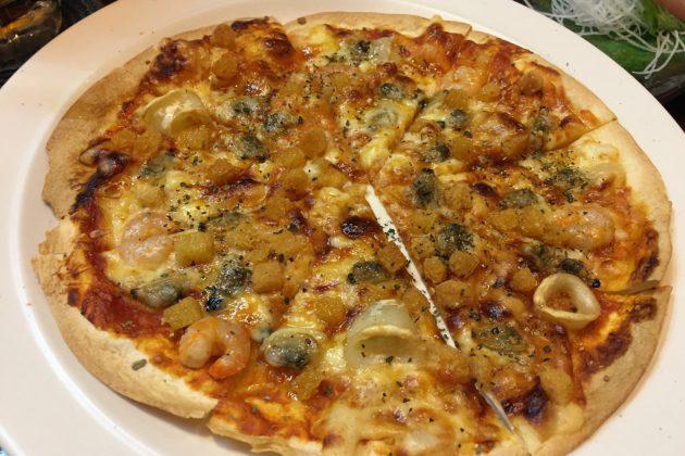 ピリ辛にんにく菜種オイルのシーフードピザ